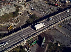 Lastbil som använder digital transportledning och temperaturuppföljning