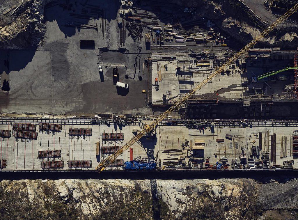 Byggarbetsplats med uppkopplade fordon och verktyg