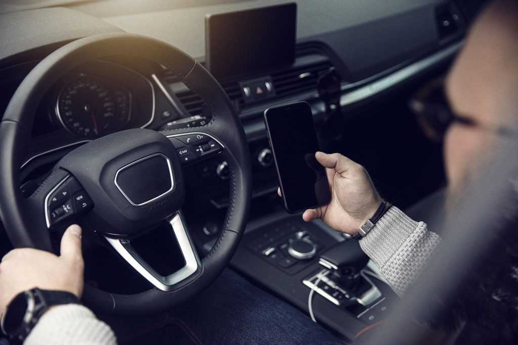 Förare i bil använder fleetmanagement