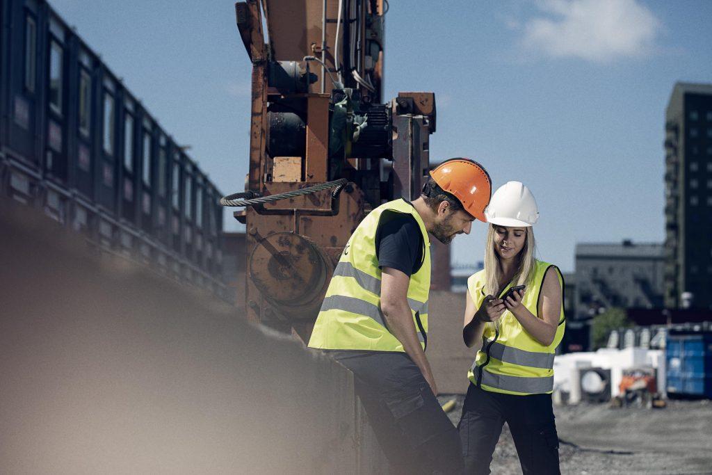 Hantverkare som använder digital verktygsspårning i mobilen