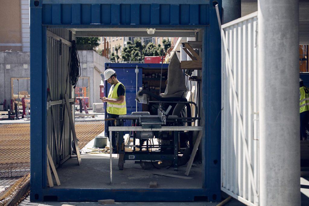Hantverkare som spårar utrustning och verktyg i mobilen